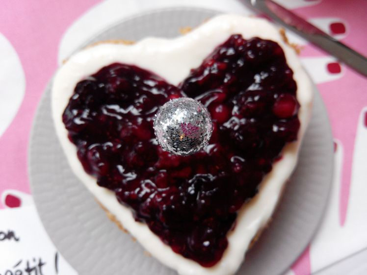 2016_02_Valentines_Day_Cake_with_frosted_Berries (11)